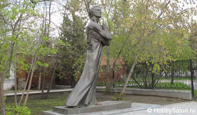 Памятники литературным авторские в россии фото и информация памятники из китая